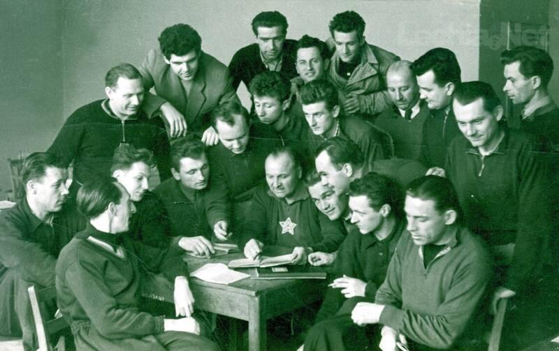 Trener Alfons Zeda podczas zajęć pierwszego kursu instruktorskiego w marcu 1956 roku