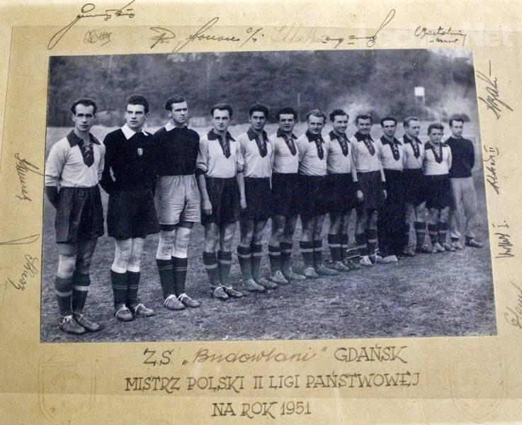 Pamiątkowe zdjęcie bohaterów z 1951 roku wraz z autografami